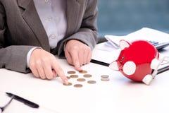 Ο πτωχεύσας έσπασε τη επιχειρηματία με τη piggy τράπεζα Στοκ Εικόνα