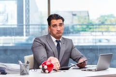 Ο πτωχεύσας έσπασε τον επιχειρηματία με τη piggy τράπεζα Στοκ Εικόνες