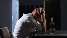Ο πτωχεύσας επιχειρηματίας έχει τη νευρική διακοπή στο σπίτι απόθεμα βίντεο