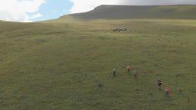 Ο πυροβολισμός κηφήνων μιας ομάδας τουριστών αναρριχείται στο βουνό φιλμ μικρού μήκους