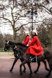 Ο πυροβολισμός μετακίνησης των φρουρών αλόγων της βασίλισσας παρελαύνει στην οδό του Λονδίνου Στοκ Εικόνες