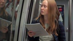 Ο πυροβολισμός Slowmotiion μιας νέας γυναίκας σε ένα τραίνο αερολιμένων που συνδέει τα διαφορετικά τερματικά διάβασε τα εισιτήριά απόθεμα βίντεο