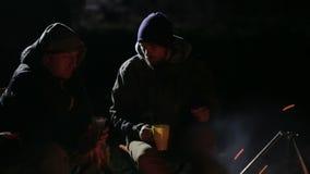 Ο πυροβολισμός νύχτας δύο καυκάσιων φίλων διοργανώνει μια συζήτηση δίπλα στην πυρά προσκόπων φιλμ μικρού μήκους