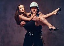 Ο πυροσβέστης κρατά τη σωζόμενη γυναίκα Στοκ φωτογραφία με δικαίωμα ελεύθερης χρήσης