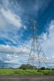 Ο πυλώνας ηλεκτρικής ενέργειας υψηλής τάσης στο confield έχει moutain και Στοκ Εικόνες