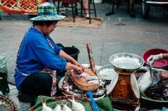 Ο πωλητής έκοψε ένα φρέσκο ψάρι ποταμών στην τοπική αγορά α πρωινού της Ταϊλάνδης Στοκ Εικόνες
