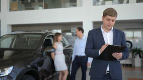 Ο πωλητής ατόμων κρατά τα κλειδιά αυτοκινήτων στο χέρι του, επιτυχής διαπραγμάτευση με την πώληση της μηχανής, πορτρέτο του πωλητ απόθεμα βίντεο
