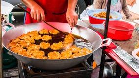 Ο πωλητής που πωλεί τα ταϊλανδικά τηγανισμένα τρόφιμα ψάρια επινοεί την τοπική αγορά στο ναό στοκ φωτογραφία με δικαίωμα ελεύθερης χρήσης