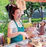 Ο πωλητής πωλεί τα μαγειρευμένα τρόφιμα όπως η αλατισμένη πάπια Στοκ Εικόνες