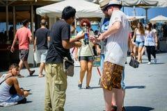 Ο πωλητής ραβδιών Selfie πωλεί τα ραβδιά στον τουρίστα στην οδό της πόλης Chania στο νησί της Κρήτης στοκ εικόνα με δικαίωμα ελεύθερης χρήσης