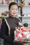 Ο πωλητής στο κατάστημα τσαγιού πωλεί το τσάι Στοκ Φωτογραφίες