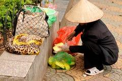 Ο πωλητής φρούτων καθαρίζει έναν ανανά Στοκ εικόνα με δικαίωμα ελεύθερης χρήσης