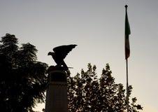 Ο πόλεμος 1 σημαιών και Παλαιών Κόσμων σκιαγραφιών πολεμικό μνημείο με έναν αετό με τα φτερά, Σορέντο Στοκ φωτογραφίες με δικαίωμα ελεύθερης χρήσης