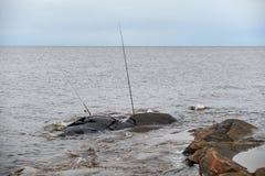 Ο πόλος αλιείας είναι σε μια δύσκολη ακτή Στοκ Φωτογραφίες