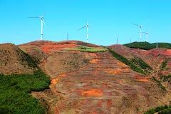 Ο πύργος αιολικής ενέργειας στην κόκκινη εδαφολογική φυσική περιοχή Dongchuan στοκ φωτογραφία