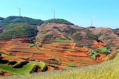 Ο πύργος αιολικής ενέργειας στην κόκκινη εδαφολογική φυσική περιοχή Dongchuan στοκ εικόνα
