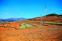 Ο πύργος αιολικής ενέργειας στην κόκκινη εδαφολογική φυσική περιοχή Dongchuan στοκ εικόνα με δικαίωμα ελεύθερης χρήσης