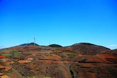 Ο πύργος αιολικής ενέργειας στην κόκκινη εδαφολογική φυσική περιοχή Dongchuan στοκ φωτογραφίες