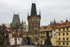 Ο πύργος γεφυρών Malà ¡ Strana στη γέφυρα του Charles στην Πράγα cesky τσεχική πόλης όψη δημοκρατιών krumlov μεσαιωνική παλαιά Στοκ Φωτογραφίες