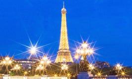 Ο πύργος και η γέφυρα Alexandre ΙΙΙ του Άιφελ τη νύχτα, Παρίσι, φράγκο Στοκ Φωτογραφία