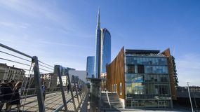 Ο πύργος και ο πεζός Unicredit γεφυρώνουν βλέποντας από την πλατεία Alvar Aalto, Μιλάνο, Ιταλία Στοκ Φωτογραφίες