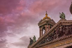 Ο πύργος κουδουνιών μιας όμορφης εκκλησίας στη σκιαγραφία ενάντια σε έναν ζωηρόχρωμο ουρανό ηλιοβασιλέματος Στοκ Φωτογραφίες
