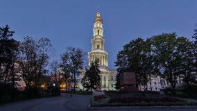 Ο πύργος κουδουνιών της ημέρας Uspenskiy Sobor καθεδρικών ναών υπόθεσης στη νύχτα timelapse hyperlapse σε Kharkiv, Ουκρανία απόθεμα βίντεο