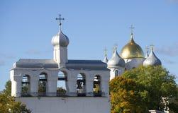 Ο πύργος κουδουνιών και οι θόλοι του απογεύματος Οκτωβρίου καθεδρικών ναών του ST Sophia εκκλησία δημοπρασίας υπόθεσης novgorod v Στοκ Εικόνες