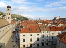 Ο πύργος κουδουνιών της φραντσησθανής εκκλησίας και των ιστορικών κτηρίων της παλαιάς πόλης Dubrovnik στοκ εικόνα