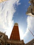 Ο πύργος κουδουνιών του σημαδιού του ST και το μεγάλο σημάδι του ST τακτοποιούν με το fisheye Στοκ Εικόνες