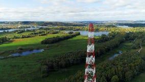 Ο πύργος κρατά τα ηλεκτρικά καλώδια ενάντια στην απόμακρη γέφυρα πέρα από τον ποταμό φιλμ μικρού μήκους