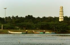 Ο πύργος οχυρών Manora με το μικρό ψαρά επανδρώνει το λιμάνι στοκ εικόνα