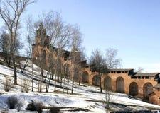 Ο πύργος ρολογιών και ο τοίχος φρουρίων του Nizhny Novgorod Kre Στοκ Φωτογραφία