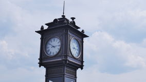Ο πύργος ρολογιών στην πόλη, σε ένα υπόβαθρο των σύννεφων απόθεμα βίντεο