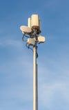 Ο πύργος τηλεπικοινωνιών στο κλίμα μπλε ουρανού Στοκ Εικόνες