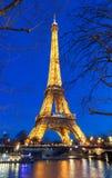 Ο πύργος του Άιφελ τη νύχτα στο Παρίσι Ο φωτισμένος πύργος του Άιφελ είναι η δημοφιλέστερη θέση ταξιδιού και το σφαιρικό πολιτιστ Στοκ Εικόνες