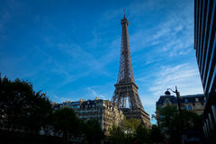 Ο πύργος του Άιφελ στη μέση του Παρισιού Γαλλία στοκ φωτογραφία με δικαίωμα ελεύθερης χρήσης