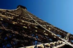 Ο πύργος του Άιφελ στο Παρίσι από μια χαμηλή γωνία Στοκ εικόνες με δικαίωμα ελεύθερης χρήσης