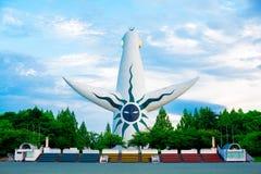 Ο πύργος του ήλιου από ιαπωνικό Taro Okamoto καλλιτεχνών βρίσκεται στο πάρκο Banpaku στην Οζάκα, Ιαπωνία Στο θερινό χρόνο, διεθνή στοκ φωτογραφία
