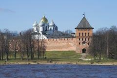 Ο πύργος του Βλαντιμίρ και ο θόλος της ηλιόλουστης ημέρας Hagia Sophia τον Απρίλιο εκκλησία δημοπρασίας υπόθεσης novgorod veliky Στοκ Εικόνα