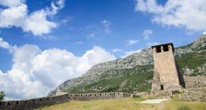 Ο πύργος του φρουρίου σε Kruja, την αρχαιολογικά περιοχή και το φρούριο Kruja στην Αλβανία Στοκ Εικόνα