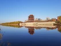 Ο πύργος τυμπάνων στην απόσταση και την αντανάκλασή του στο νερό στοκ φωτογραφία με δικαίωμα ελεύθερης χρήσης