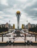 Ο πύργος Bayterek, ένας πύργος παρατήρησης ορόσημων που σχεδιάζεται από τον αρχιτέκτονα Norman ενθαρρύνει σε Astana, το κεφάλαιο στοκ εικόνα