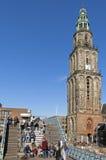 Ο πύργος Martinitoren, άνθρωποι εκκλησιών απολαμβάνει τον ήλιο άνοιξη στοκ φωτογραφίες