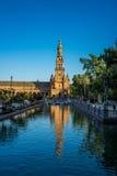 Ο πύργος plaza de espana με την αντανάκλαση στο νερό στη Σεβίλη Στοκ Φωτογραφίες