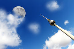 Πύργος TV στο Βερολίνο με το φεγγάρι Στοκ Φωτογραφίες