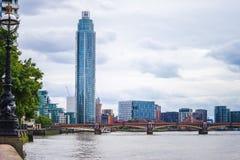 Ο πύργος Vauxhall κατά την άποψη του Λονδίνου με τη γέφυρα Vauxhall πέρα από τον ποταμό Τάμεσης Στοκ εικόνα με δικαίωμα ελεύθερης χρήσης