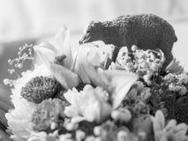 Ο πλαστικός αριθμός λίγου προβάτου βόσκει στην ανθοδέσμη Στοκ Φωτογραφίες