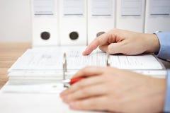 Ο πληρεξούσιος εξετάζει την επιχειρησιακή τεκμηρίωση Στοκ Φωτογραφία