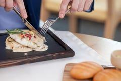 Ο πλούσιος νέος επιχειρηματίας τρώει στον καφέ Στοκ Φωτογραφίες